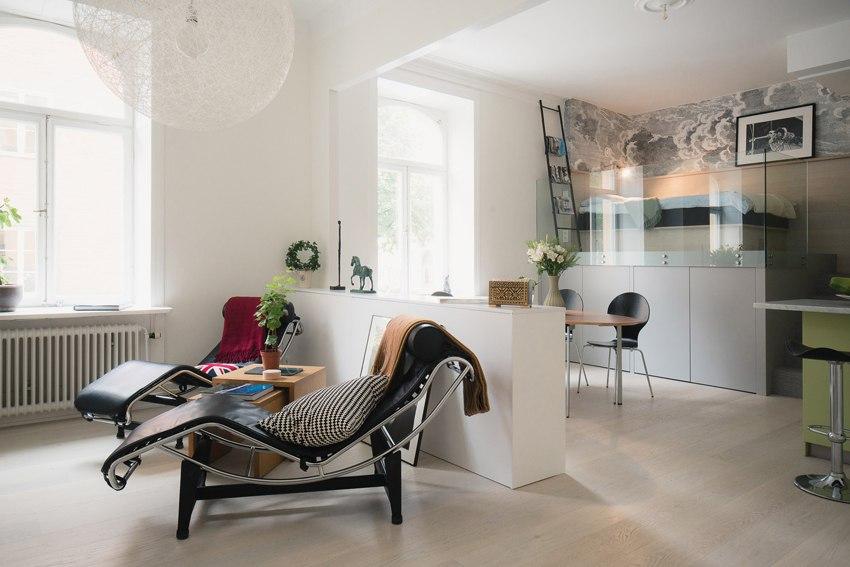 Квартира-студия 44 м с необычной кроватью-чердаком со стеклянным ограждением.