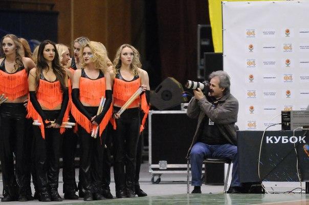 Вот так готовим 15 танцев на одну игру, а тренеры не берут тайм-ауты(((  но даже просто стоя у края площадки не остаемся без внимания фотографов.