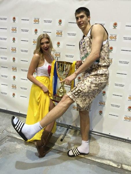 Фоксы практически на равных соревнуются в длинноногости с представителями самого рослого человеческого подвида Homo basketbolistus. В состязаниях принимают участие фокс Лена и  Александр Липовый.