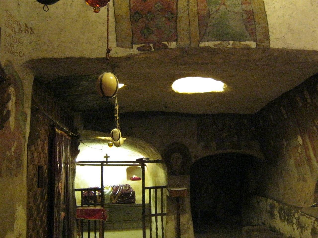 Страусиные яйца в подземной церкви монастыря святого Павла в Египте