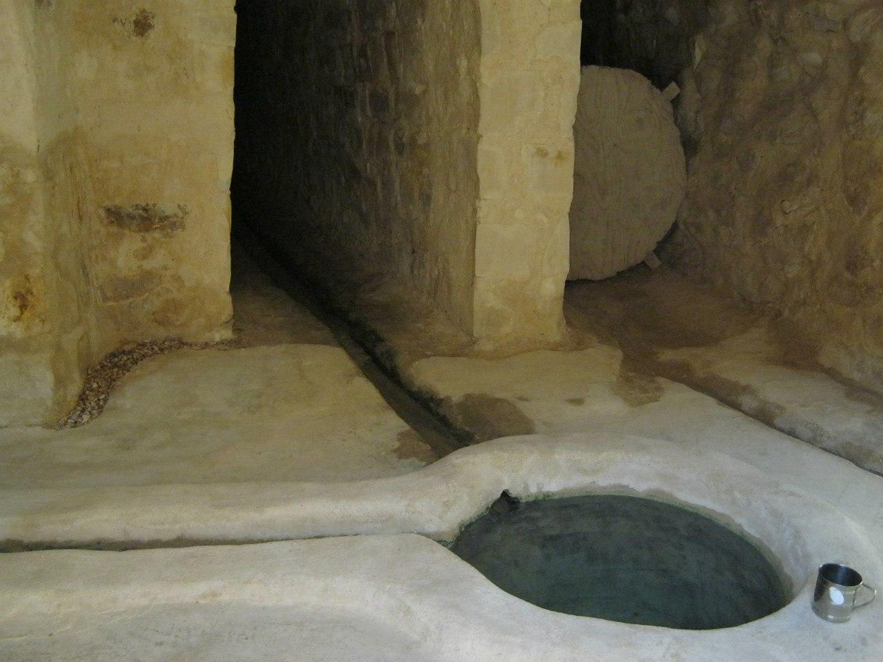 древний источник воды в монастыре святого Павла в Египте