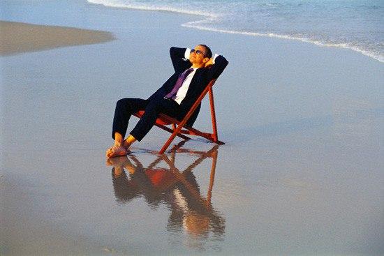 Мужчина отдыхает на берегу моря