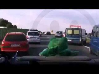Водитель - пропусти карету скорой помощи!