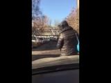 В Красноярске женщина на капоте чужой машины изображала наездницу