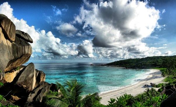 Чарующей красоты острова Индийского океана, Сейшелы включают в себя 115 островов, рассеянных на  площади в 1,4 млн. км2 бескрайнего синего океана и состоят из двух различных групп островов: внутреннего и внешнего кластеров.