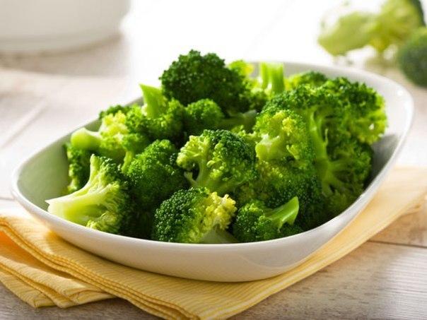 Брокколи: рецепты для годовичков Брокколи овощ низкокалорийный, поэтому легко усваивается организмом крохи. Пюре из брокколи – идеальный первый прикорм для грудных детей, а еще педиатры выделяют тыквы или кабачок – это те овощи, которые практически не вызывают аллергическую реакцию у малыша. Уникальность этого продукта обусловлена высоким содержанием микроэлементов, полезных веществ, витаминов. Докармливание грудного ребенка проводится с целью снабжения организма веществами, которые необходимы…