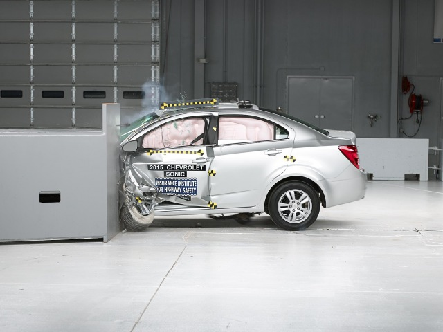 2015 Chevrolet Sonic driver side small overlap IIHS crash test