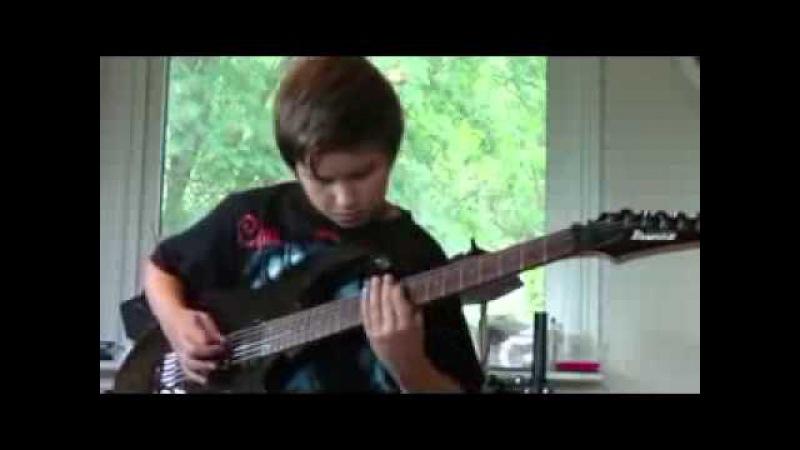 Мальчик играет тяжелый рок