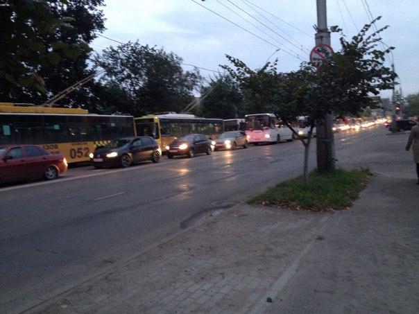 Вчера у оазиса была авария. Все троллейбусы стояли.