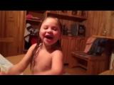Дочка в бане поёт песню???