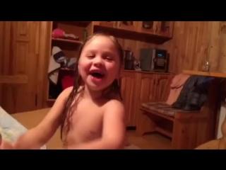 Дочка в бане поёт песню💞🎈🎀