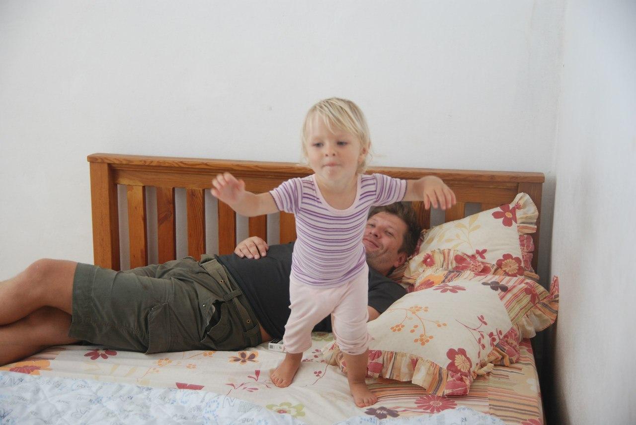 Пригает на брате, Сестра со сломанной рукой скачет на большом члене брата 10 фотография