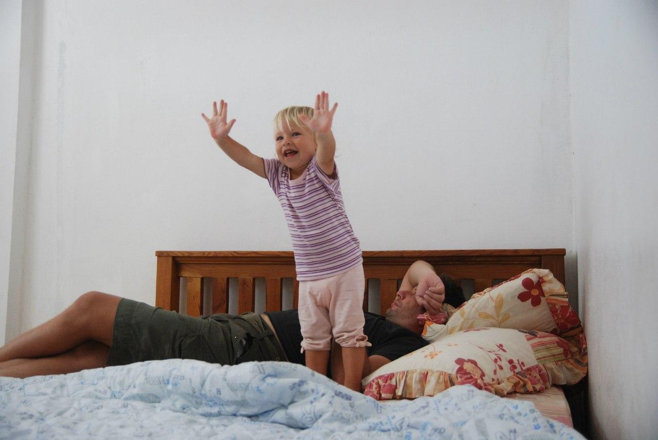 Пригает на брате, Сестра со сломанной рукой скачет на большом члене брата 11 фотография
