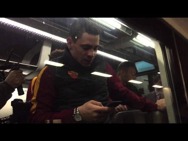 Totti e Iturbe scherzano sul treno in partenza per Firenze [HD]