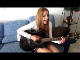Прикольная девушка с гитарой. Забавная мимика =)