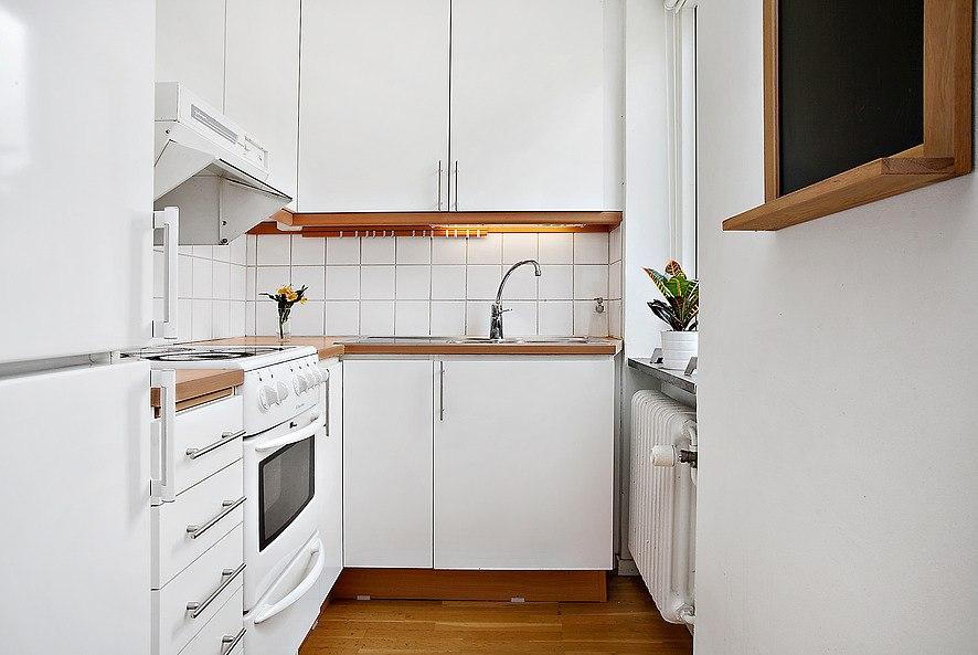 Квартира-студия 29 м в Европе с зонированием комнаты стеллажом и ТВ на цепях.