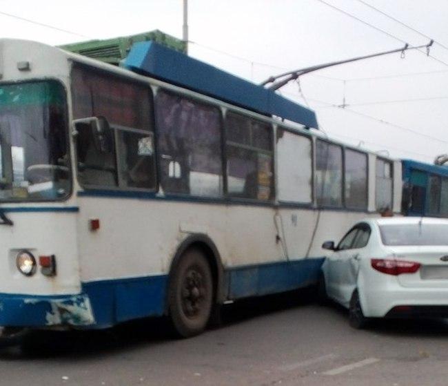 В центре Таганрога Kia Rio «попала» под троллейбус