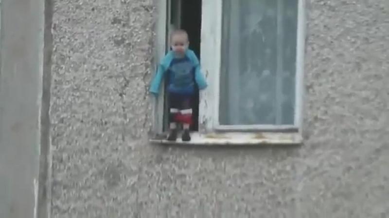 В миассе малыш чудом не сорвался вниз, гуляя по подоконнику .