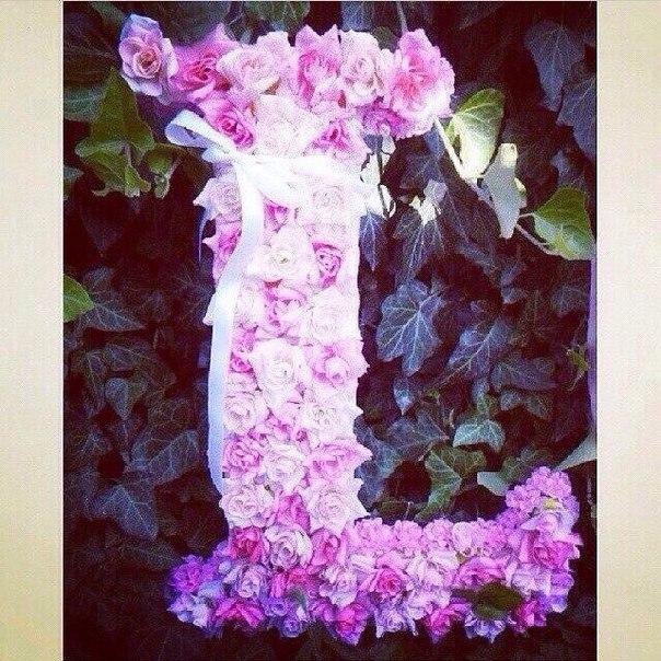 Буквы из живых цветов