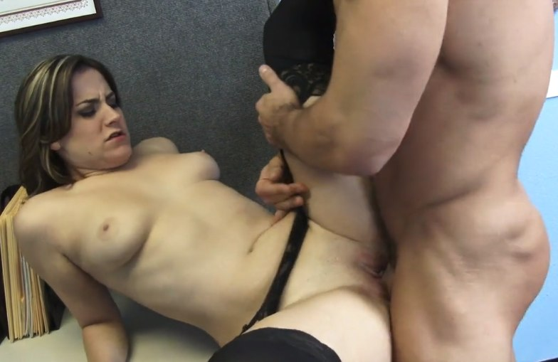 Работницу развел на секс