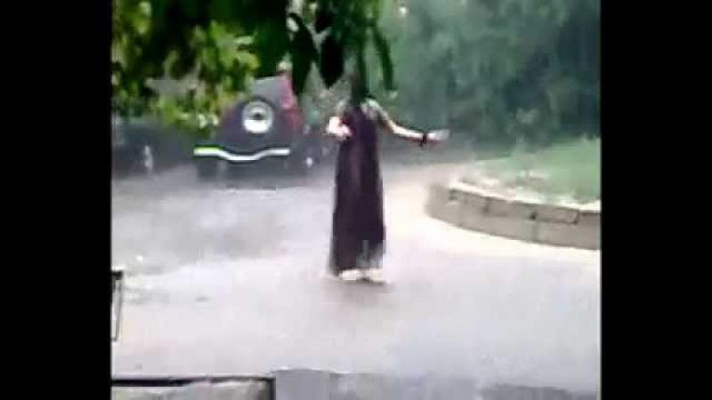 цыганка танцует под дождём
