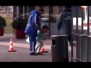 У женщины ужасная истерика Кричит Последнее фото ребенка погибшего при крушении Airbus 321