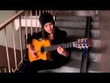 Красивая девушка играет на гитаре испанский бой