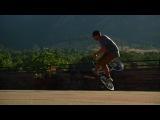 Терри Адамс катает на BMX по кампусу