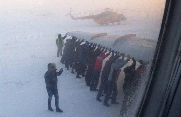 Пассажиры толкают самолет ТУ-134