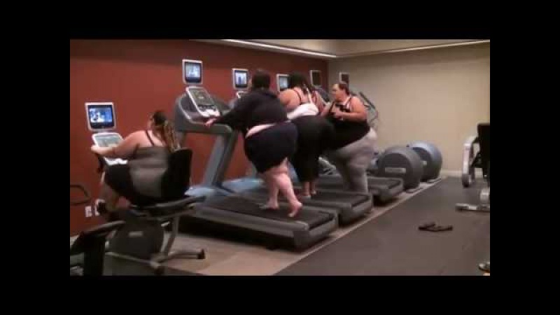 Подготовка к лету - Спортивные девушки на беговой дорожке