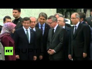 Турция: Де Мезьер присоединяется Премьер-Министр Давутоглу в память жертв бомбардировок Стамбул.