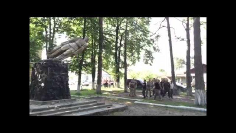 Знесення памятника Феліксу Дзержинському у Рівненській області-1