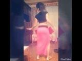 Симпатичная цыганочка исполняет танец попы