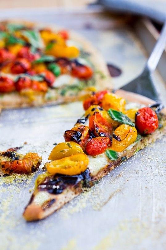 Пицца Капрезе с помидорами и базиликом