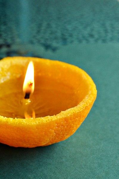 АРОМАТНАЯ АПЕЛЬСИНОВАЯ СВЕЧКА БЕЗ ВОСКА Нам понадобится: Половинка цедры апельсина Острый нож Оливковое масло (подойдет и обычное растительное) Зажигалка Берем апельсин и надрезаем его острым ножом. Далее используем свои пальцы, чтобы отсоединить кожуру от плода. Будьте аккуратны, возможно потребуется несколько дублей =). Когда кожура ослаблена, снимайте ее аккуратно. В этом деле гланое сохранить белый ствол, который будет использоваться как фитиль нашей свечи из апельсина. Заливаем…