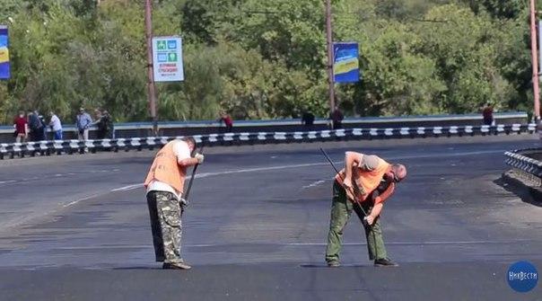 На Украине разводной мост по ошибке закатали в асфальт.