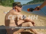 Нудисты на пляже против спортсменов в воде