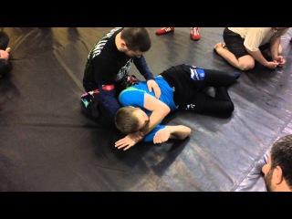 Выход на треугольник руками из удержания сбоку (side control to arm traingle choke)