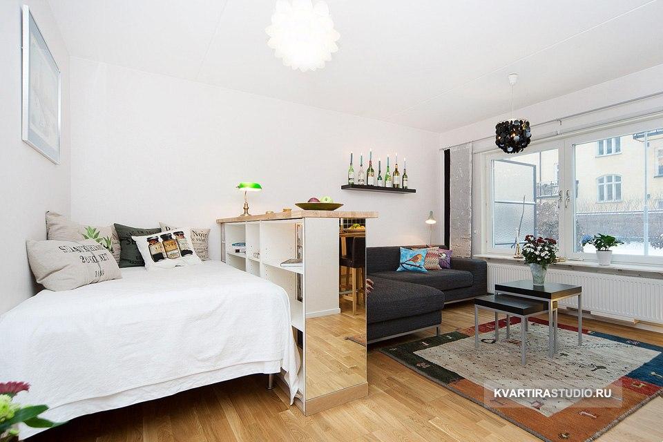 Перегородки из стеклоблоков для зонирования гостиной-спальни.