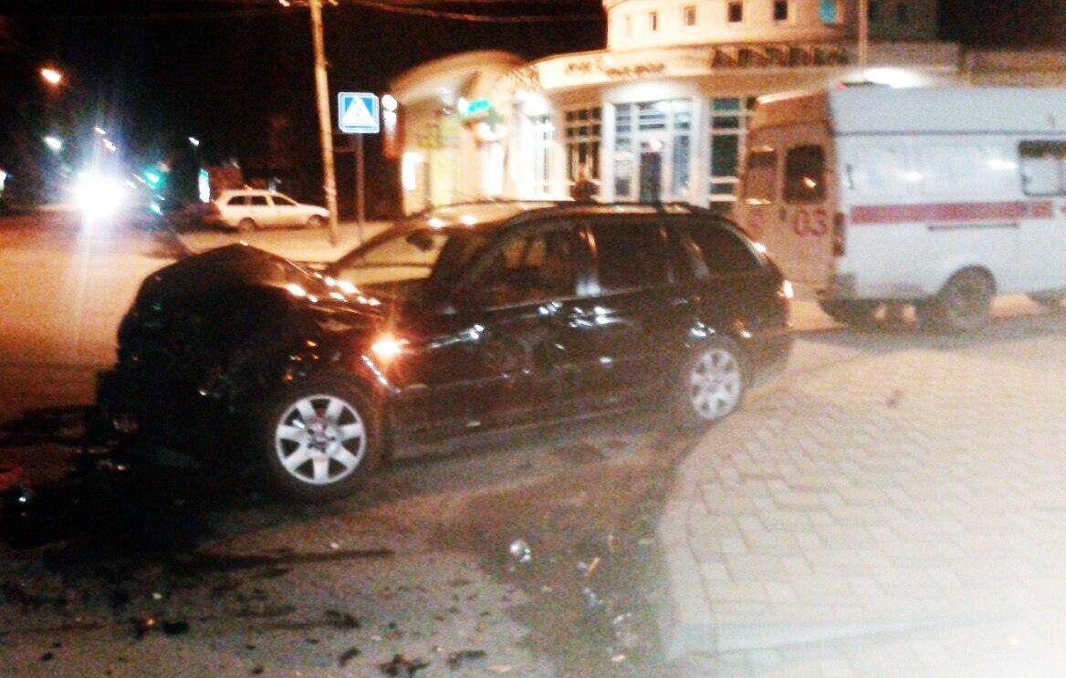 В Таганроге Peugeot «въехал» в алкомаркет «Градус»  после столкновения с BMW 3