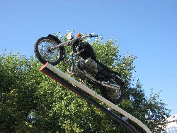 on-na-mototsikle-zhena-naezdnitsa