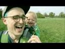 Папа и его малыш. Знакомство с одуванчиками. Вызывает улыбку