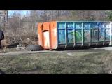 Загружают в контейнер, собранный мусор 05.05.2015 (2)