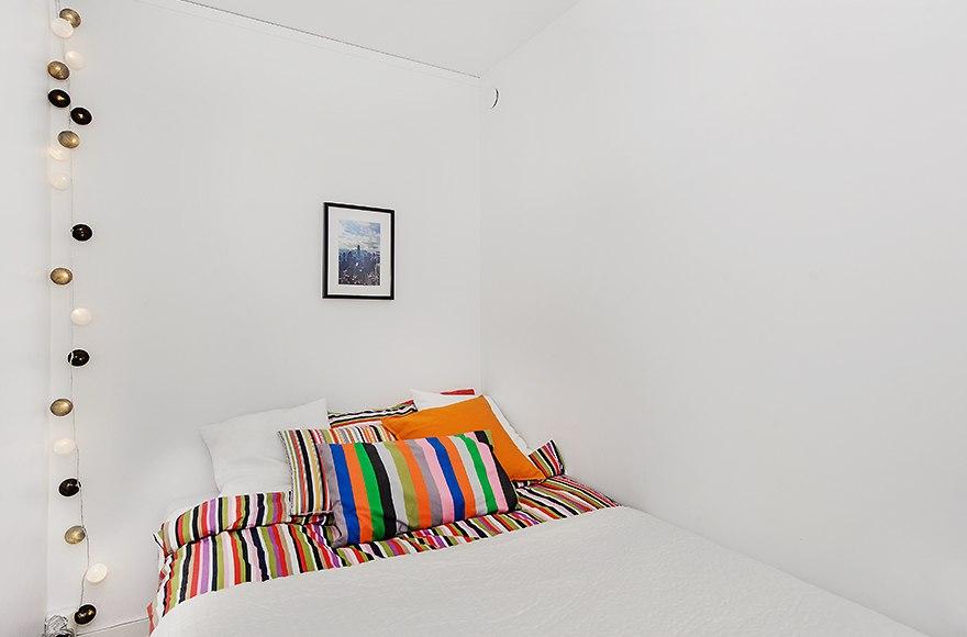 Интерьер прямоугольной студии 35 м со спальным альковом в Европе.