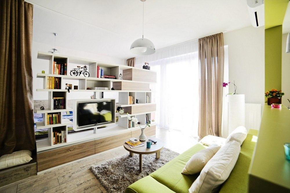 Квартира-студия 40 м в Румынии с зонированием стеллажом.