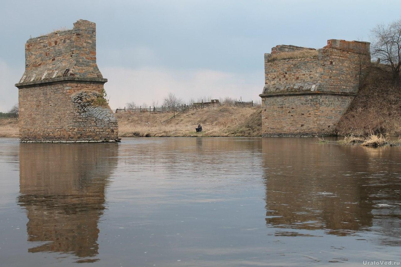 Опоры старого моста в деревне Шилова