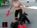 голая тупая шмара избивает людей на улице