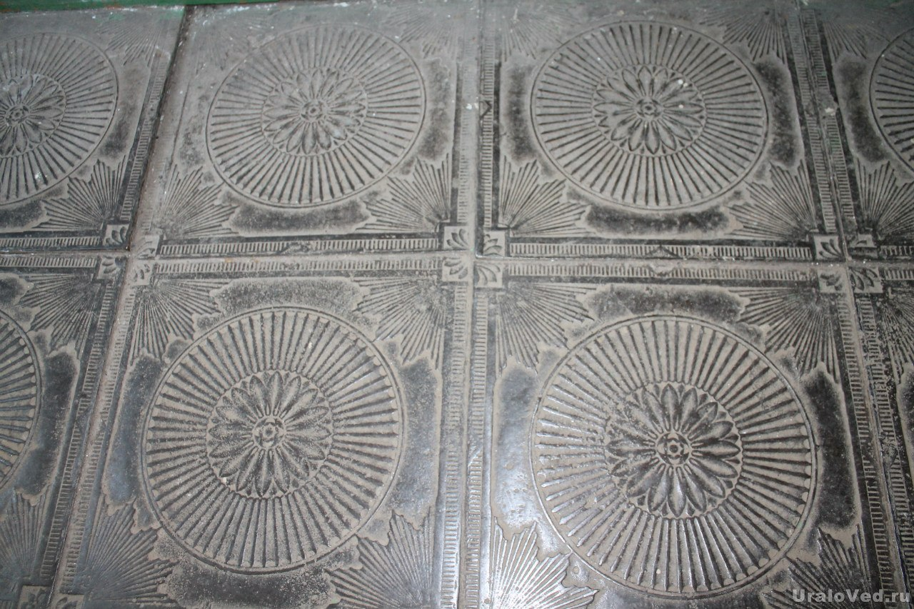 Чугунные плиты в храме Бынег