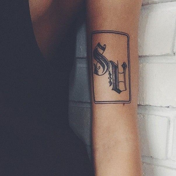 Что за татуировка у алины чусь