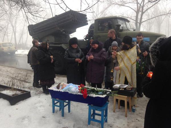 """Русский мир в действии...  Донецьк, похорони 4-річного малюка, вбитого російськими солдатами.  Мало того, ці цинічні виродки навіть на цвинтар пригнали """"Град"""" і прикриваючись родиною загиблого хлопчика ведуть вогонь по Донецьку."""